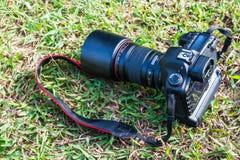 Digitale camera op gras Stock Foto