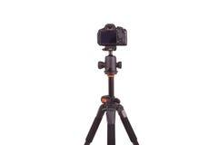 Digitale camera opgezet die op driepoot, op witte achtergrond wordt geïsoleerd Stock Foto