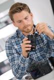 Digitale camera van de mensen de schoonmakende lens met speciale borstel Royalty-vrije Stock Afbeelding