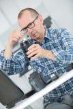 Digitale camera van de mensen de schoonmakende lens met speciale borstel Stock Fotografie