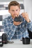 Digitale camera van de mensen de schoonmakende lens met speciale borstel Royalty-vrije Stock Afbeeldingen