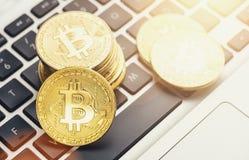Digitale cryptocurrency Bitcoin op een notitieboekje stock afbeelding