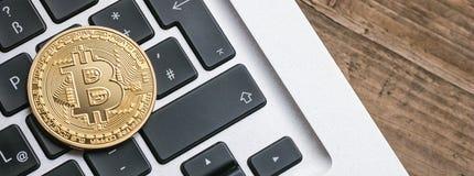 Digitale cryptocurrency Bitcoin op een notitieboekje royalty-vrije stock foto's