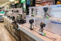 Digitale die camera's bij winkel worden getoond Stock Foto