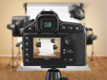 Digitale fotocamera in studio met softbox en flitsen. stock fotografie