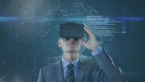 Digitale geproduceerde video van stafmedewerker die virtuele werkelijkheidshoofdtelefoon met behulp van royalty-vrije illustratie