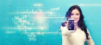 Digitale Grafiek met jonge vrouw die een smartphone standhouden Royalty-vrije Stock Afbeeldingen