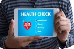 Digitale het Concept van de Gezondheidscontrolegezondheidszorg arts die met comp werken stock afbeelding