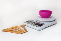 Digitale keukenschaal met lege kom Stock Afbeeldingen
