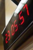 Digitale klok op de muur Stock Foto's