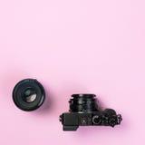 Digitale Kompaktkamera der Weinlese und Verlegenheitslinse 50mm auf rosa Pastell Stockbild