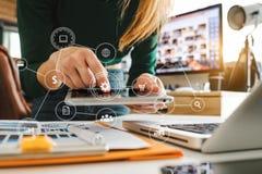 Digitale marketing media in het virtuele scherm royalty-vrije stock fotografie