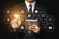 Digitale marketing media in het virtuele scherm met mobiele telefoon royalty-vrije stock foto's