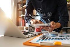 Digitale marketing media in het virtuele scherm royalty-vrije stock foto's