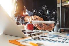 Digitale marketing media in virtueel pictogram op kantoor binnen royalty-vrije stock fotografie