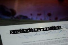 Digitale Marketing op houten blokken Het commerciële Online Concept van Internet stock fotografie