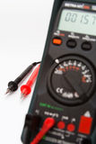 Digitale multimeter met nadruk op kabels stock foto's
