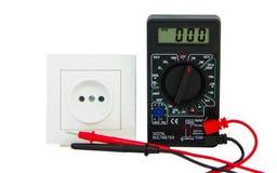 Digitale multimeter op witte achtergrond stock foto
