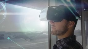 Digitale samengestelde video van de mens die virtuele werkelijkheidshoofdtelefoon met behulp van stock illustratie