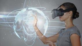 Digitale samengestelde video van vrouw die virtuele werkelijkheidshoofdtelefoon met behulp van royalty-vrije illustratie