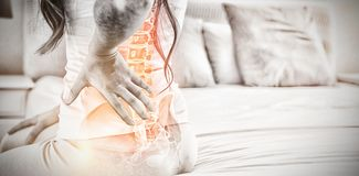 Digitale samenstelling van Benadrukte stekel van vrouw met rugpijn stock afbeelding
