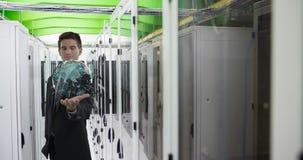 Digitale samenstelling van een mens in een serverruimte 4k stock video