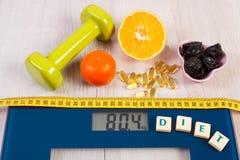 Digitale schaal met meetlint, domoren, tabletten, vruchten, vermageringsdieetconcept Stock Foto