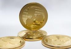Digitale Schlüsselwährung - Goldmünzen plätschern xrp Stockbild