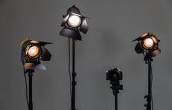 Digitale SLR-camera en drie schijnwerpers met Fresnel lenzen Hand verwisselbare lens voor film Royalty-vrije Stock Foto's