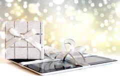 Digitale tablet met aanwezige Kerstmis Royalty-vrije Stock Afbeelding