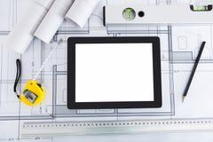 Digitale tablet met architectenhulpmiddelen op blauwdruk Royalty-vrije Stock Foto's