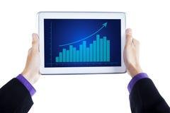 Digitale tablet met de groeigrafiek Stock Foto's