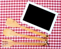 Digitale tablet met houten bestek Stock Afbeeldingen