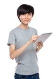 Digitale Tablette des asiatischen Manngebrauches Stockfotos