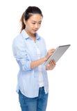 Digitale Tablette des Gebrauches der jungen Frau Stockfotografie