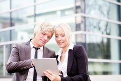 Digitale Tablette des Geschäftsfrau-Mannes Stockfotografie