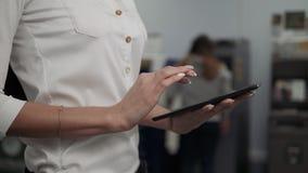 Digitale Tablette des Geschäftsfraugebrauches auf ATM-Hintergrund, Bankarbeit, Geschäftsfrauzurücknahme stock video