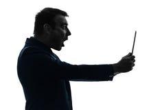 Digitale Tablette des Geschäftsmannes surisped entsetzt Stockbild