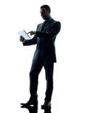 Digitale Tablette des Geschäftsmannes lokalisiert Stockfoto