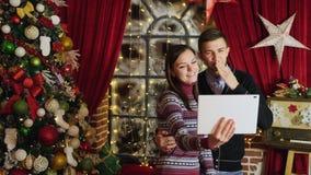 Digitale Tablette des jungen Familiengebrauches für Videochat stock footage