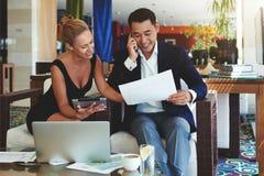 Digitale Tablette des schönen Geschäftsfraugebrauches während der Sitzung mit männlichem Partner Stockfoto