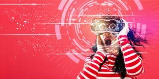 Digitale Technologie-Cirkel met vrouw die een virtuele werkelijkheidshoofdtelefoon met behulp van Stock Foto