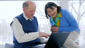 Digitale technologie, de oude online gebruikende videomededeling en laptop van de paarbetaling voor bespreking in skype dichtbij  stock video