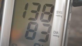 Digitale tensiometer die bloeddruk meten stock footage
