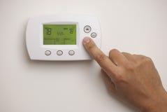 Digitale Thermostaat en mannelijke hand Royalty-vrije Stock Fotografie