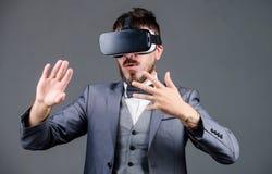 Digitale toekomst en innovatie de gebaarde draadloze VR glazen van de mensenslijtage gebruiks toekomstige technologie Zakenman in royalty-vrije stock foto's