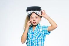 Digitale toekomst en innovatie De gelukkige moderne technologie van het jong geitjegebruik Meisje die virtuele werkelijkheidsbesc stock foto