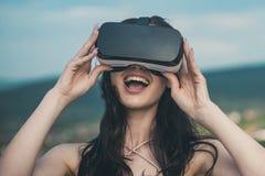 Digitale toekomst en innovatie Vrouw die ervaring krijgen die VR-Hoofdtelefoon glazen gebruiken visueel royalty-vrije stock foto