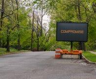 Digitale verkeersteken op een woonstraat die, compromis zegt stock foto
