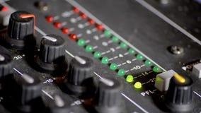 Digitale VU meters in een mixerlijst stock video